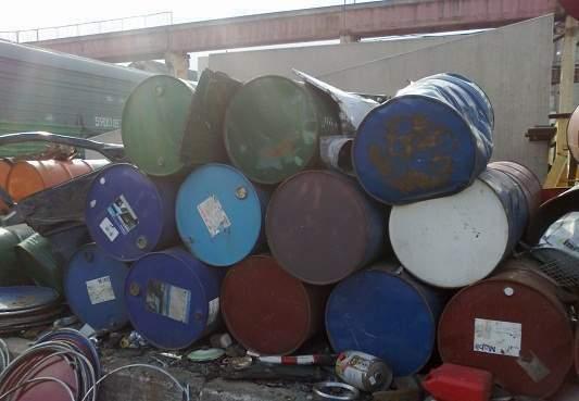 Demontuojame pastatus,išvežame naftos, šiferio ir stybinio laužo atliekas. Perkame metalus
