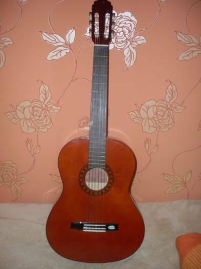 Klasikine gitara su deklu