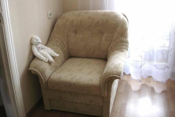 Parduodamas kampas su foteliu