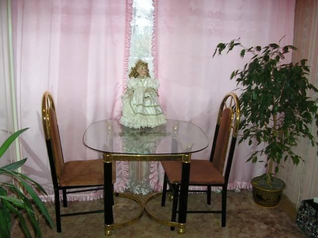Parduodami 2 naudoti stalai su kėdėmis.