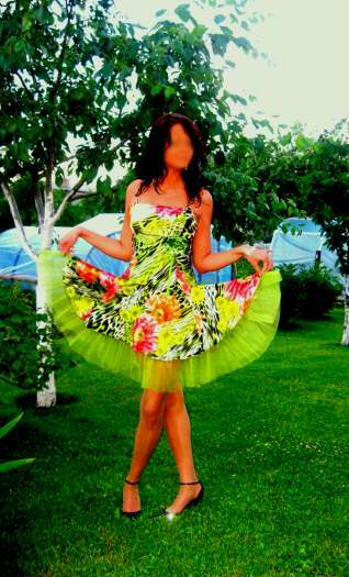 Parduodu puošnią ryškiaspalvę suknelę
