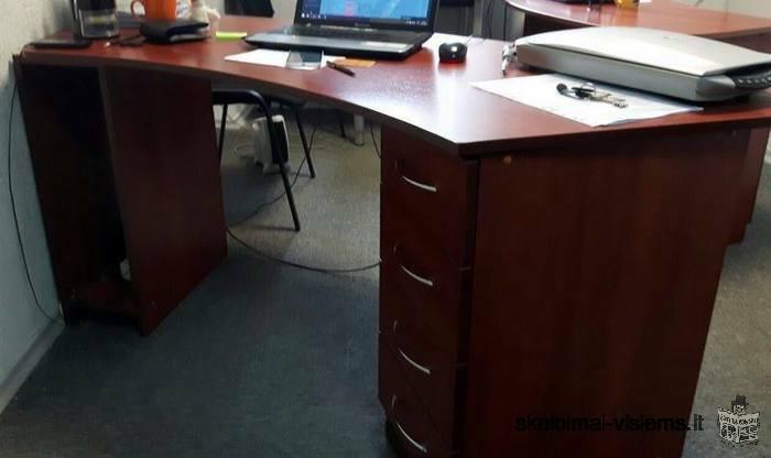 Stalas su spintele ir stalčiais