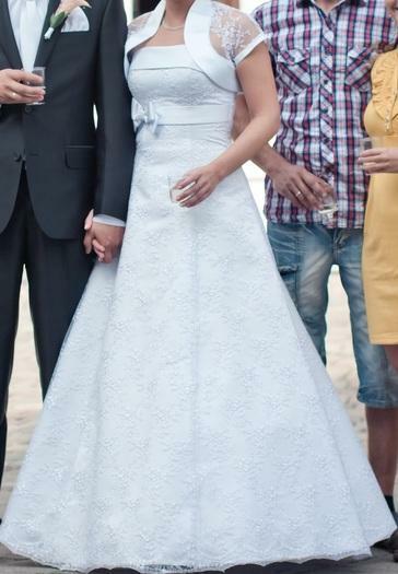 balta, lengva, a formos, siuvineta vestuvinė suknelė ir kt. daiktai